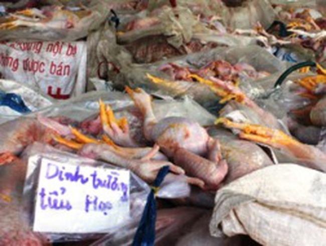 Một xe khách chở gần 3 tấn thịt gà thối vào trường tiểu học
