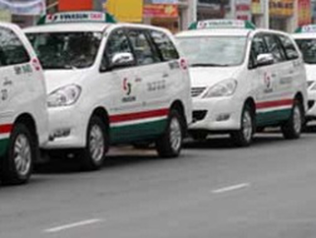 Xăng dầu đội giá, taxi thấp thỏm…xin tăng cước