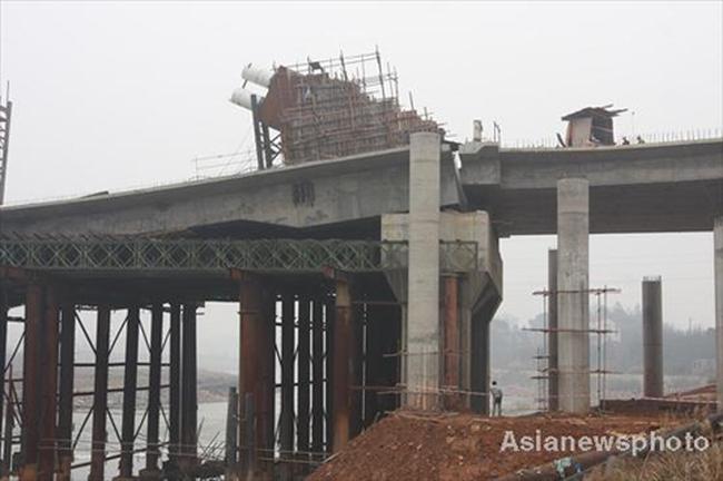 Cầu 17 triệu USD gãy đôi ở Trung Quốc