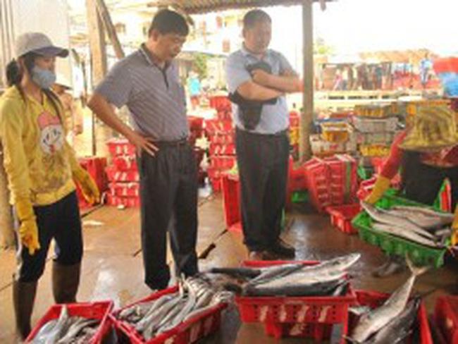 Thương lái Trung Quốc gom hàng thủy sản