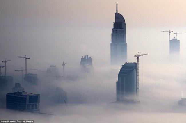 Nhà chọc trời Dubai huyền ảo trong sương mù