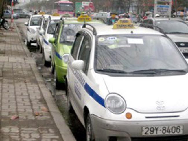 Khách phàn nàn giá tăng cao, taxi kêu khó