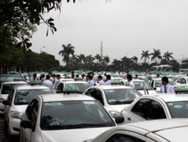 Hàng loạt các hãng taxi xếp hàng chờ kiểm tra chất lượng
