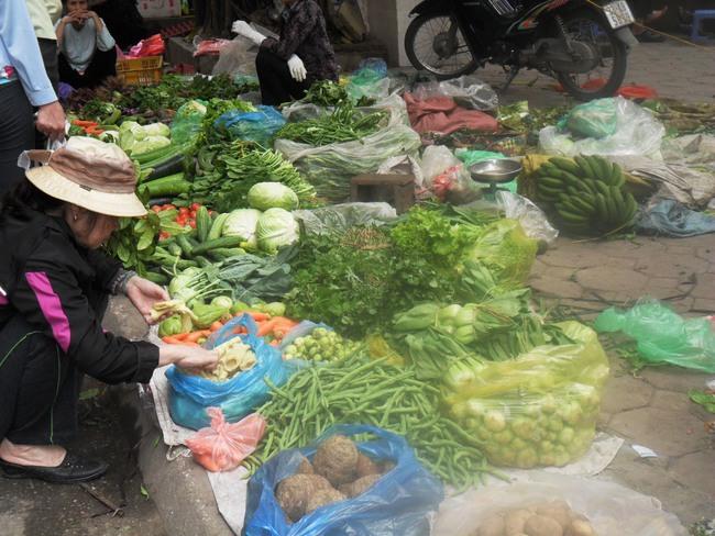 Hà Nội: Giá rau xanh, thịt, cá bắt đầu giảm mạnh
