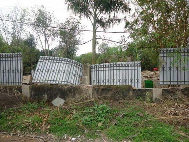 """Hà Nội: Cưỡng chế """"nhầm"""" từ phá sân sang phá """"hàng rào"""" của dân"""
