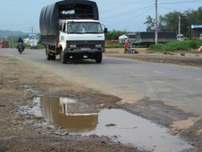 Đường vận chuyển bauxite khó kịp tiến độ