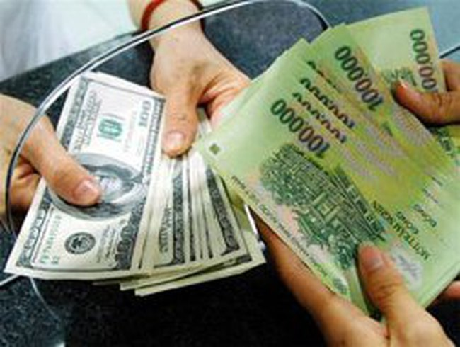 Giao dịch trên thị trường liên ngân hàng bằng USD giảm hơn một nửa