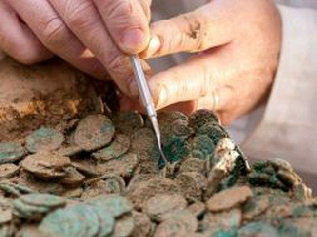 Phát hiện kho báu tiền xu cổ trị giá 16 triệu đô dưới cánh đồng