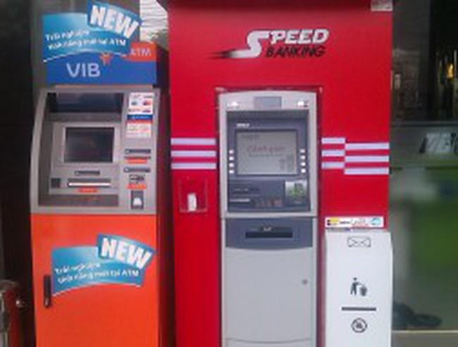 """Ngân hàng đua bỏ phí rút tiền ATM ngoại mạng: Sợ mất khách hay """"chuộc lỗi""""?"""
