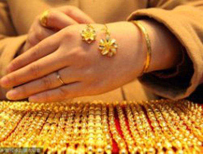 Vàng thế giới tăng vọt, vàng trong nước vẫn 'chật vật' dưới 42 triệu đồng/lượng