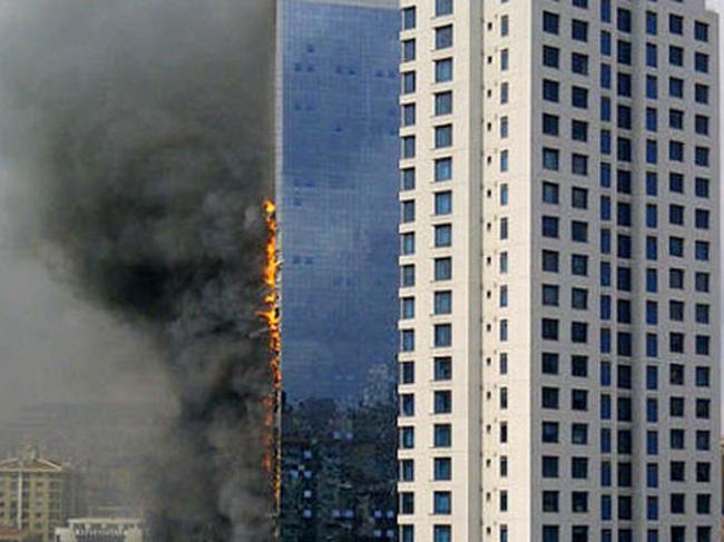 Kinh hoàng cao ốc 42 tầng bốc cháy ngùn ngụt