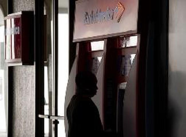 """Thấy gì từ việc BofA """"đánh sập"""" 10% hệ thống ATM?"""