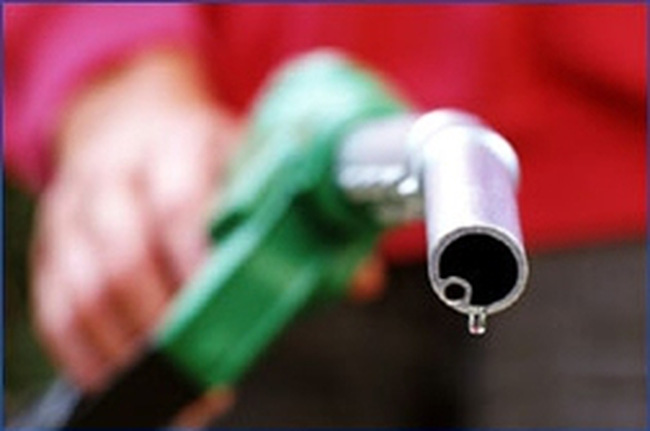 Giá xăng dầu: Tăng sốc, giảm nhỏ giọt