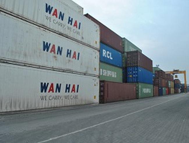 Hàng hóa quá hạn làm thủ tục hải quan chất đống ở bến cảng