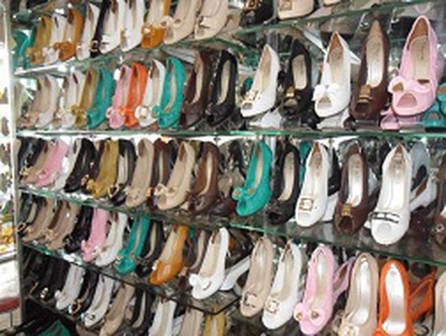 Giày dép vụ hè: Đa dạng về màu sắc, kiểu dáng