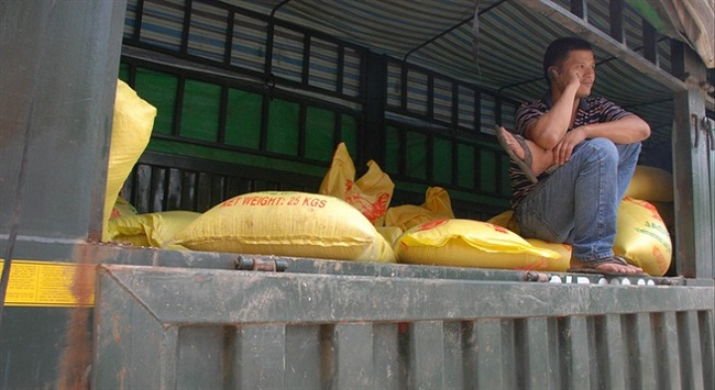 """Gần 1.000 tỷ nằm """"chết dí"""" ở cửa khẩu Lào Cai"""