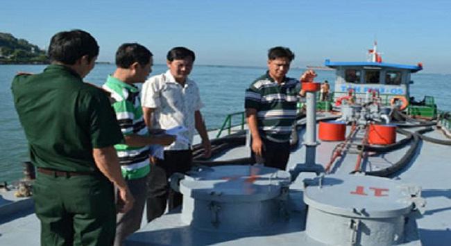 Tạm giữ tàu chở gần 60 tấn dầu FO nghi hàng lậu