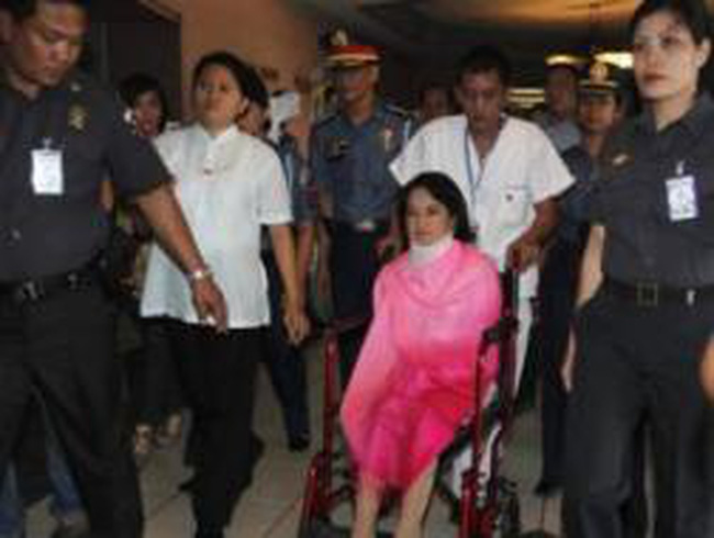 Cựu Tổng thống Philippines hầu tòa trên xe lăn