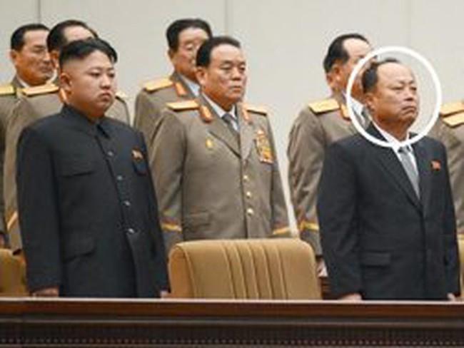 Người đàn ông bí ẩn đứng cạnh ông Kim Jong-un là ai?