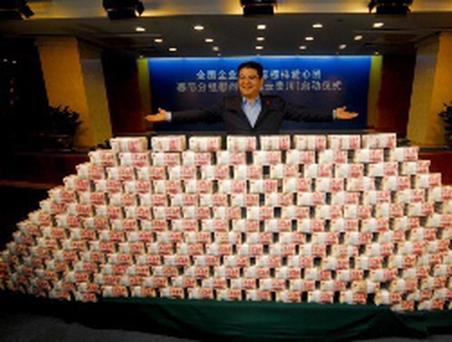 Hình ảnh núi tiền mặt 1,5 tấn của tỷ phú Trung Quốc