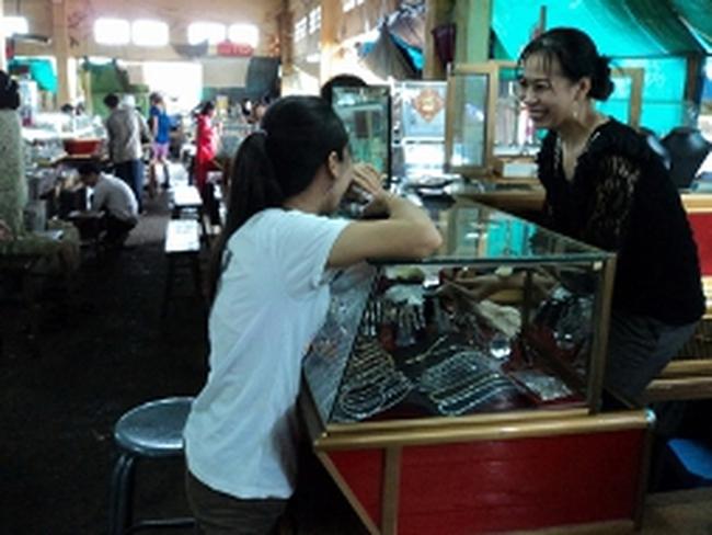 Mua bán vàng như rau ở chợ Campuchia