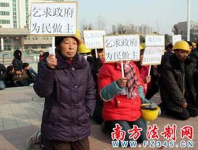 Trung Quốc: Hàng nghìn công nhân quỳ xin trả nợ lương