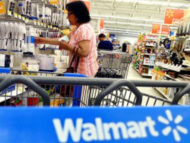 Những kệ hàng trống ở Wal-Mart
