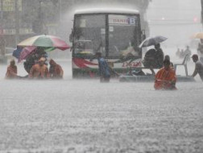 Hơn một nửa thủ đô Philippines ngập chìm trong nước