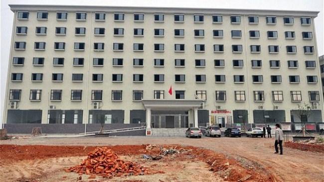 Trung Quốc: Xây trụ sở 7 tầng cho … 8 cán bộ xã