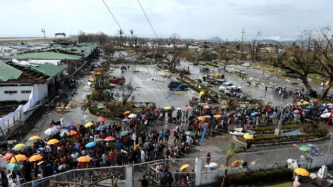 Người dân Philippines chờ hàng cứu trợ trong tuyệt vọng