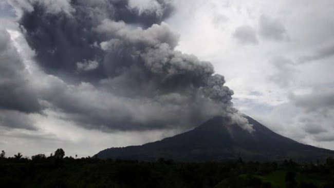 Núi lửa Sinabung ở Indonesia lại phun trào, 5.500 người sơ tán