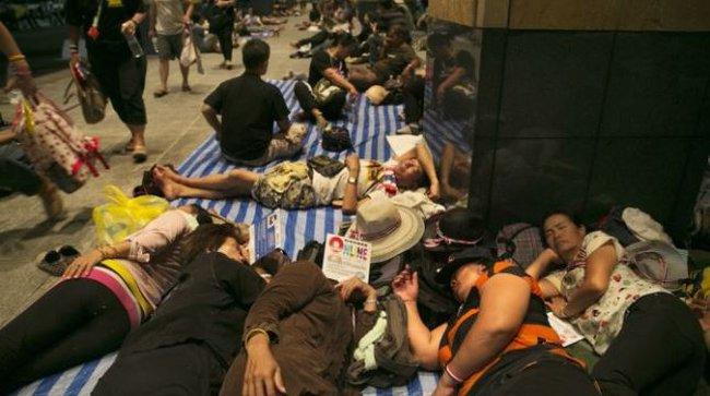 Người biểu tình xông vào trụ sở Bộ Ngoại giao Thái Lan