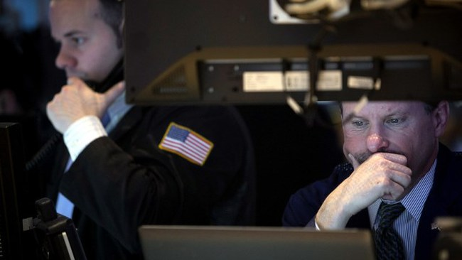 S&P 500 giảm mạnh phiên đầu năm