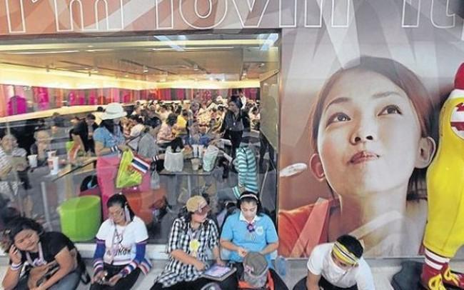 Thái Lan: Người biểu tình đổ xô đi mua đồ ăn vì đói
