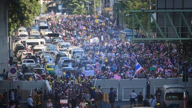 Đánh bom, đốt cháy xe ở Bangkok