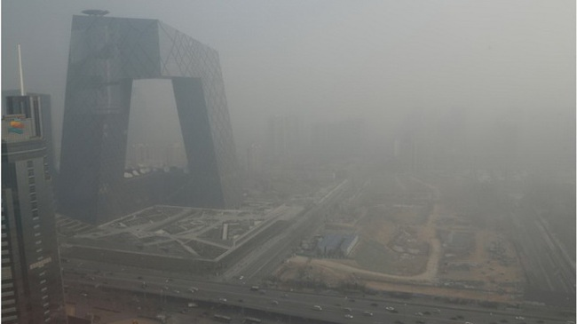 """Bầu trời thủ đô Trung Quốc lại """"nổi cơn gió bụi"""""""