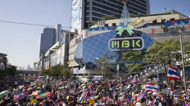 Vào khu biểu tình Thái Lan để... mua sắm quần áo
