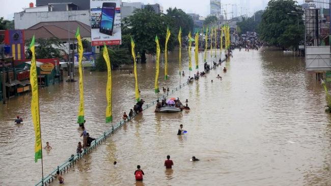 10.000 người dân thủ đô Indonesia đi tránh lũ