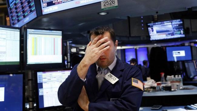 """Dow Jones """"bốc hơi"""" hơn 300 điểm"""