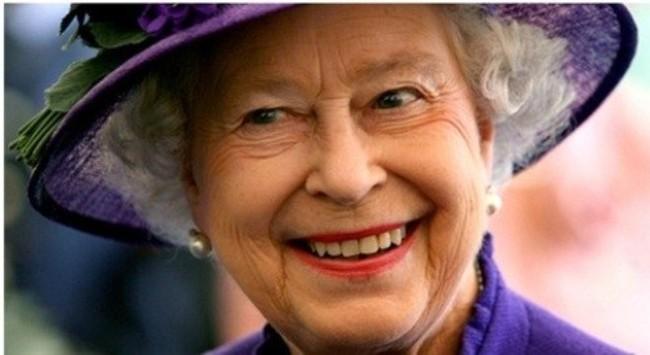 """Nữ hoàng Anh bị yêu cầu """"siết hầu bao"""""""