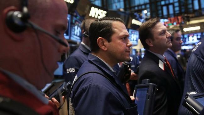 Phố Wall lao dốc, Dow Jones rớt hơn 300 điểm