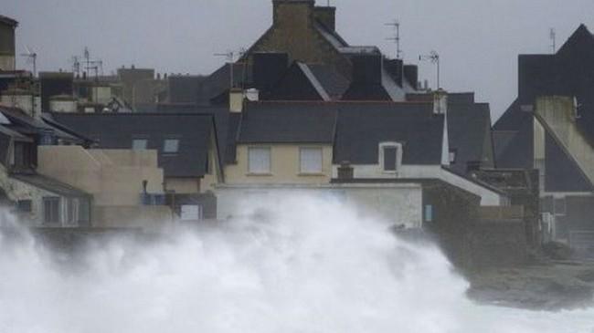 Bão Ulla càn quét khiến Pháp mất điện trên diện rộng