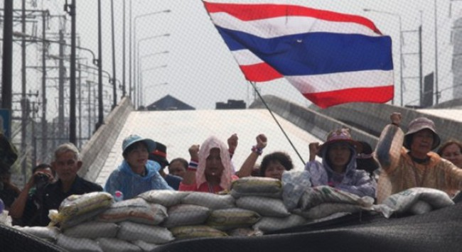 Ông Suthep thách bà Yingluck quay lại văn phòng