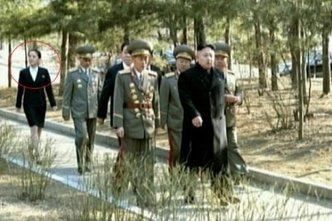 Em gái ông Kim Jong-Un lần đầu xuất hiện công khai