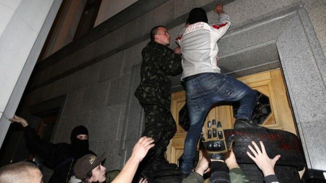 Biểu tình, đe dọa tấn công tòa nhà quốc hội Ukraine