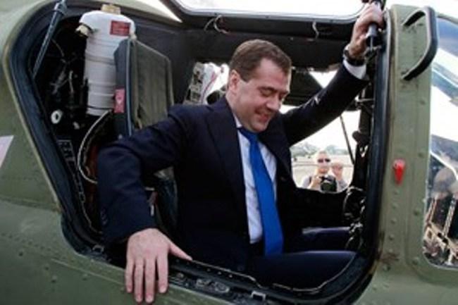 Thủ tướng Nga Medvedev bất ngờ tới thăm Crimea