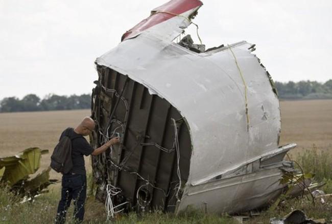 """Máy bay MH17 đã bị xuyên thủng bởi """"vật thể có tốc độ cao"""""""