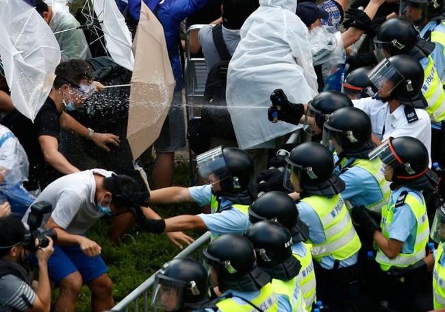 Cảnh sát Hồng Kông đụng độ dữ dội với người biểu tình