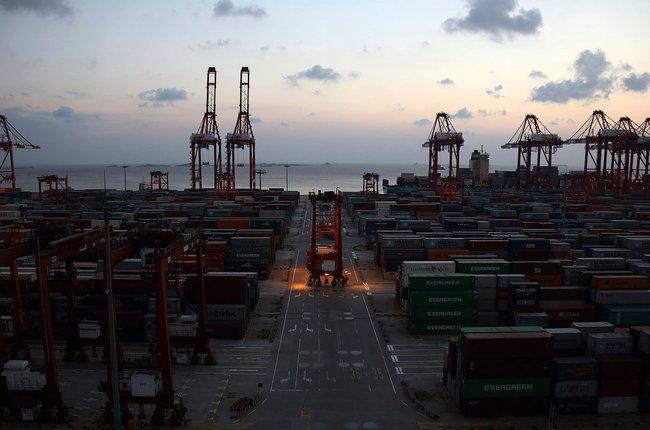 Trung Quốc có thặng dư thương mại cao kỷ lục nhờ giá dầu