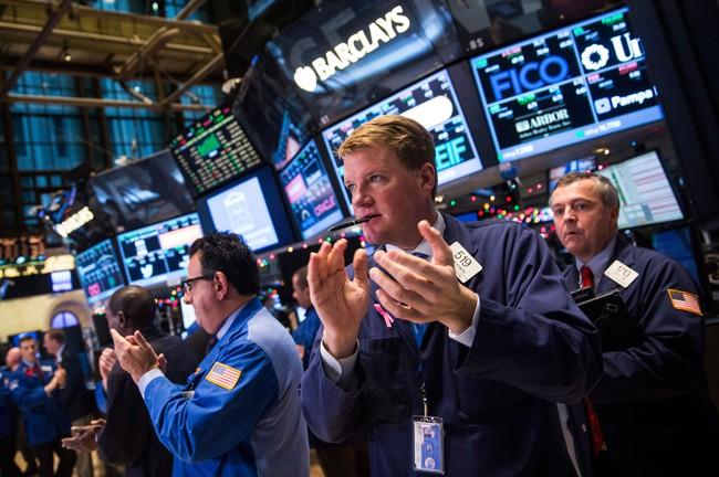 Dow Jones tăng hơn 400 điểm nhờ Fed